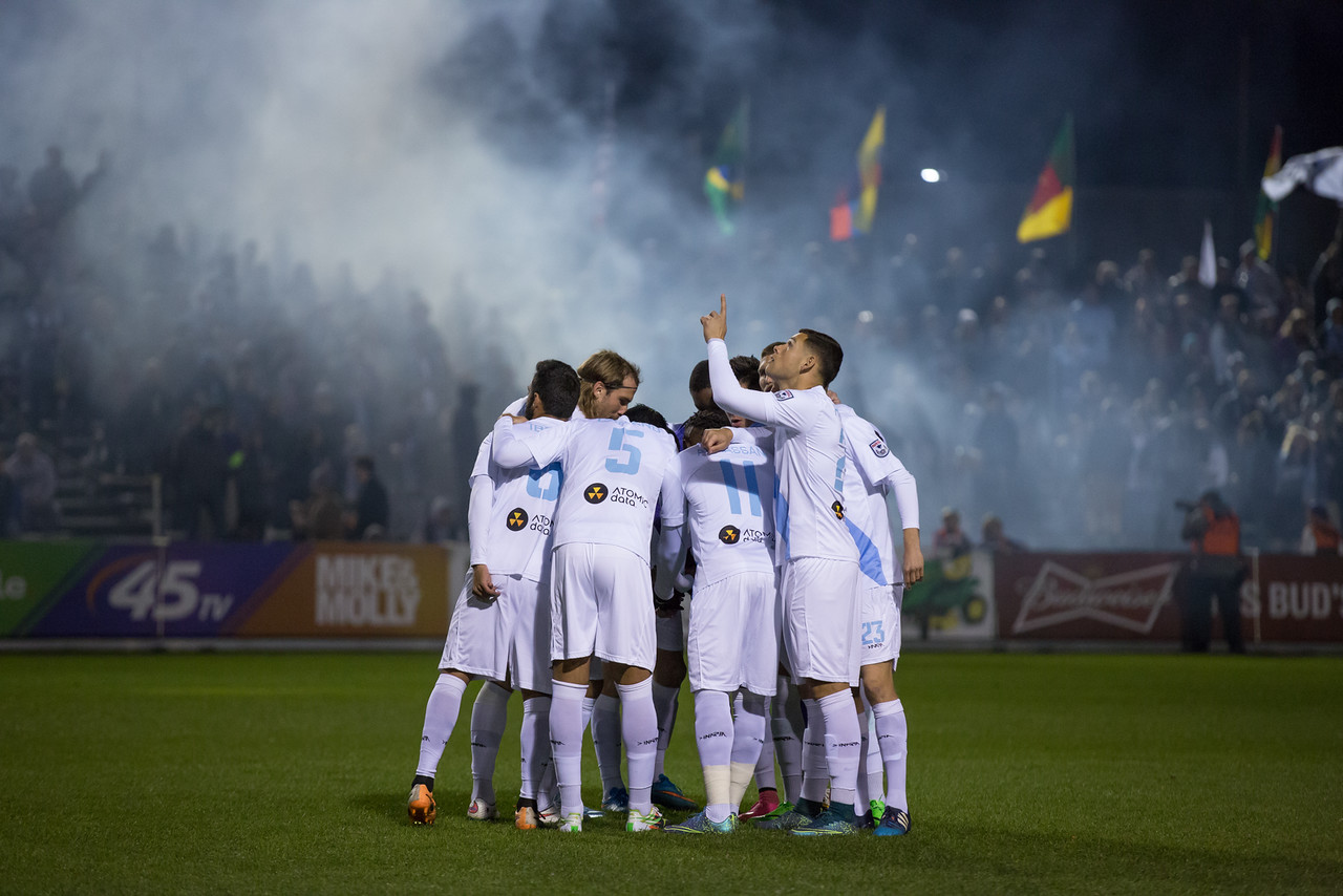 Minnesota United players in huddle