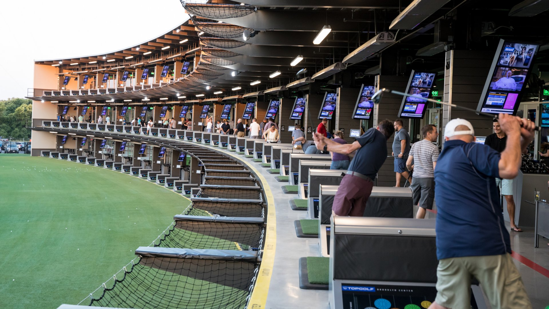 THIS NEW ENTERTAINMENT VENUE IN BROOKLYN CENTER OFFERS YEAR-ROUND GOLFING, WITH GREAT FOOD AND DRINKS.